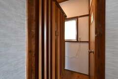 脱衣室はアコーディオン型の扉で仕切られています。(2017-06-08,共用部,BATH,1F)
