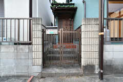 階段の先が玄関です。(2017-12-25,周辺環境,ENTRANCE,1F)