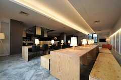 テーブルとベンチは無垢材を使ったオリジナルのデザイン。(2014-02-18,共用部,LIVINGROOM,1F)
