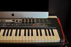 音源を編集する時に便利なパッド付きのMIDIキーボードも用意されています。(2014-02-18,共用部,OTHER,1F)