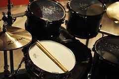 Cスタジオのドラムセットの様子。24 'のバスドラム、チャイナシンバルも装備されています。(2014-02-18,共用部,OTHER,)