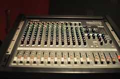 ミキサーもあります。スタジオ内の入力端子に接続されているので、配線は楽ちんです。(2014-02-18,共用部,OTHER,)