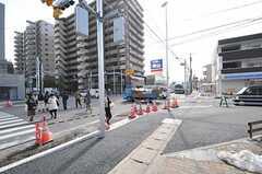 シェアハウス近くの交差点の様子。ファミリーレストランやコンビニなどがあります。(2014-02-18,共用部,ENVIRONMENT,1F)