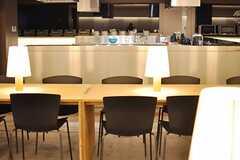 ダイニングのテーブルから見たキッチンの様子。(2014-02-28,共用部,LIVINGROOM,1F)