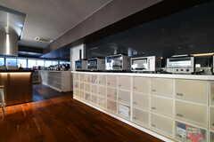 キッチン家電の様子。下には専有部ごとに食材などを保管するスペースがあります。(2020-03-12,共用部,KITCHEN,1F)
