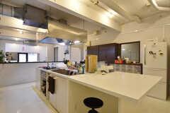 作業スペースでは食事をすることもできます。(2016-08-23,共用部,KITCHEN,1F)