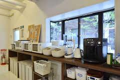 電子レンジや炊飯器に加えて、ドリップもエスプレッソのつくることが出来るデロンギ製のコーヒーマシンも用意されています。(2016-08-23,共用部,KITCHEN,1F)