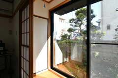 掃き出し窓から庭に出られます。(101号室)(2020-03-05,専有部,ROOM,1F)