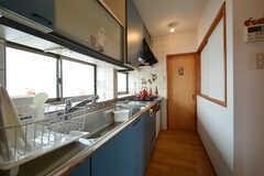 キッチンの様子。茶色のドアの先は共用の収納スペースです。(2016-01-07,共用部,KITCHEN,2F)
