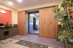 内部から見た玄関周辺の様子。シェアハウス内にはエレベーターがあります。(2015-11-18,周辺環境,ENTRANCE,1F)