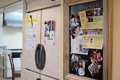 冷蔵庫の脇の黒板には、入居者たちの写真が飾られています。(2015-11-18,共用部,LIVINGROOM,1F)