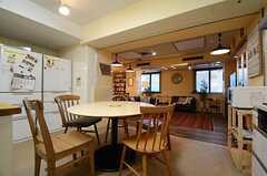 キッチン側にも円形のダイニングテーブルが用意されています。(2015-11-18,共用部,KITCHEN,1F)