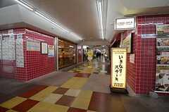 東京メトロ東西線・南行徳駅と直結する通りには商店が並びます。(2015-11-18,共用部,ENVIRONMENT,1F)