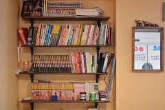 本棚には漫画や文庫本がぎっしり。(2021-05-06,共用部,LIVINGROOM,1F)