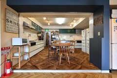 キッチンとリビングは小さな段差でゾーニングされています。(2021-05-06,共用部,LIVINGROOM,1F)
