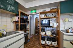 キッチン家電の様子。奥にはパントリーがあります。(2021-05-06,共用部,KITCHEN,1F)