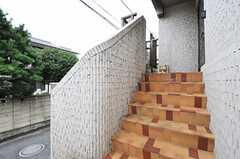 玄関は階段を上った先にあります。(2013-10-23,共用部,OUTLOOK,1F)