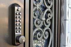 正面玄関の鍵の様子。(2013-10-23,周辺環境,ENTRANCE,2F)