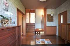 玄関から見た内部の様子。リビングは階段を降りた先にあります。(2013-10-23,周辺環境,ENTRANCE,2F)