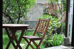 庭に置かれたテーブル&チェアの様子。(2013-10-23,共用部,LIVINGROOM,1F)