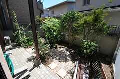 窓から庭に出られます。(101号室)(2013-10-23,共用部,KITCHEN,1F)