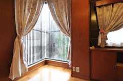 大きな窓が設置されています。(201号室)(2013-10-23,専有部,ROOM,2F)
