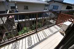窓からベランダに出られます。(202号室)(2013-10-23,専有部,ROOM,2F)