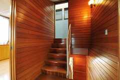 階段の様子。上った先にはタイル貼りの廊下があります。(2013-10-23,共用部,OTHER,3F)