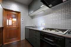 キッチンの様子。ドアは304号室に繋がっています。(2013-10-23,共用部,KITCHEN,4F)