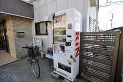 玄関脇の自動販売機の様子。(2009-02-17,共用部,OTHER,1F)