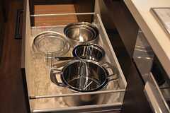 フライパンや鍋類は引き出しに収納されています。(2016-05-24,共用部,KITCHEN,1F)