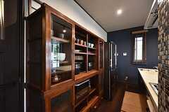 食器棚の隣に冷蔵庫が設置されています。(2016-05-24,共用部,KITCHEN,1F)