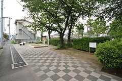 建物の前の通りは広めの歩道になっていて、小さな公園のようなスペースもあります。(2016-05-24,共用部,ENVIRONMENT,1F)
