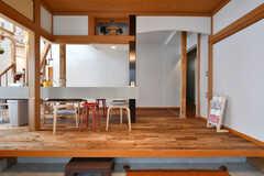 改装前の建物とは大幅に間取りが変更されているそう。玄関前は和室だった場所で、天井近くに床の間の名残があります。(2020-03-27,周辺環境,ENTRANCE,1F)