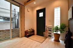 内部から見た玄関の様子。靴箱は専有部ごとにスペースが用意されています。靴箱は2Fにも用意されています。(2017-09-22,周辺環境,ENTRANCE,1F)