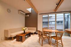 リビングの様子3。ダイニングテーブルの脇にソファスペースが設置されています。(2017-09-22,共用部,LIVINGROOM,1F)