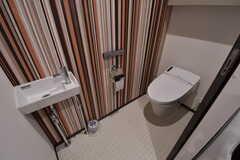 ウォシュレット付きトイレの様子。トイレの脇に洗濯機が設置されています。(2017-09-22,共用部,TOILET,1F)