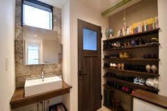 階段脇が水まわり設備です。左手から洗面台、トイレ、靴箱です。(2017-09-22,共用部,OTHER,2F)