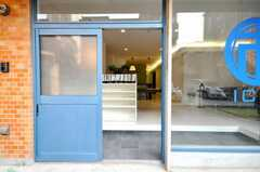 シェアハウスの玄関ドアの様子。(2010-03-19,周辺環境,ENTRANCE,1F)