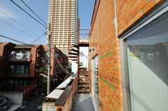ベランダからは螺旋階段が見えます。(2010-03-19,共用部,OTHER,2F)