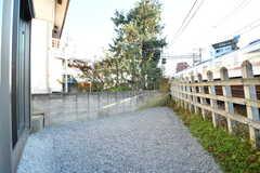 庭の様子。庭の脇にはJR総武本線が通っています。(2016-12-09,共用部,LIVINGROOM,1F)