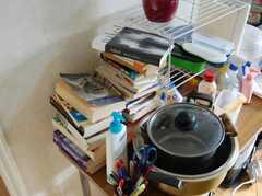 積まれた本は洋書が多い。(2008-02-20,共用部,OTHER,1F)
