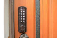 玄関の鍵はナンバー式。(2017-09-27,周辺環境,ENTRANCE,1F)