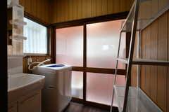 脱衣室の様子。洗面台と洗濯機が設置されています。(2017-09-27,共用部,BATH,1F)