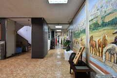廊下の様子。突き当りがラウンジです。(2021-09-28,周辺環境,ENTRANCE,1F)