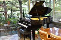 ヤマハ製のピアノが設置されています。(2021-09-28,共用部,LIVINGROOM,1F)