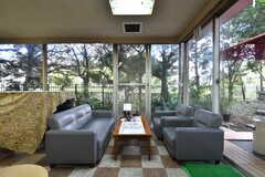 ラウンジの様子4。掃き出し窓からは庭に出られます。(2021-09-28,共用部,LIVINGROOM,1F)
