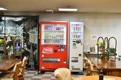自動販売機の様子。ソフトドリンクとアルコールを販売しています。(2021-09-28,共用部,OTHER,1F)