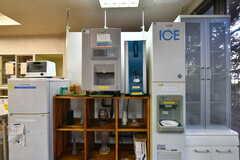 ラウンジ脇には製氷機、フリードリンクが用意されています。冷凍庫には冷えたグラスも入っています。(2021-09-28,共用部,OTHER,1F)