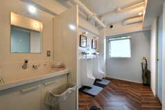 男性専用の洗面台とトイレの様子。(2021-09-28,共用部,WASHSTAND,3F)